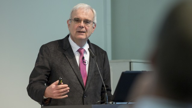 Hilko J. Meyer zeigte beim ApothekenRechtTag die Entwicklung der Rechtsprechung des Bundessozialgerichts in Fragen der Apotheken-Vergütung auf. (Foto: Chris Hartlmair)