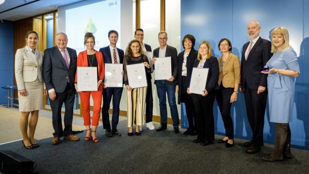 Die Preisträger des Deutschen Apotheken-Awards beim DAV Wirtschaftsforum in Berlin. (m / Foto: ABDA / Wagenzik)