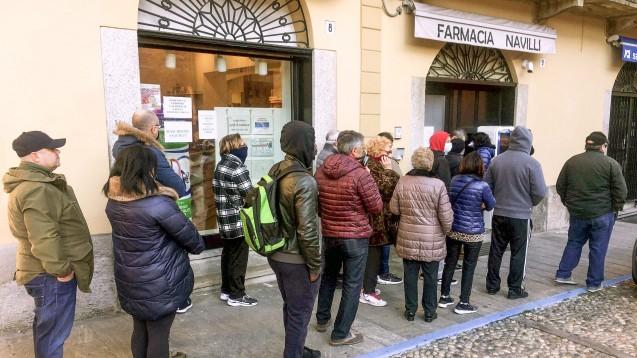 Bei einigen Apotheken im italienischen Coronavirus-Gebiet (wie hier in Codogno) müssen die Patienten derzeit lange warten, weil die Apotheker nur noch über die Notdienstklappe bedienen. (c / Foto: imago images / Independent Photos Agency)