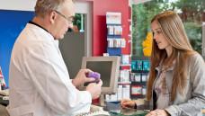 In der Apotheke muss man Patienten Darreichungsformen erklären, daher wird das in Hessen jetzt im begleitenden Unterricht geübt (Foto: ABDA)