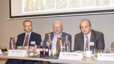 Der alte und neue geschäftsführende Vorstand des Apothekerverbandes Schleswig-Holstein, hier bei der Mitgliederversammlung im November 2017, von links: Dr. Kai Christiansen (1. stellvertretender Vorsitzender), Christian Stolzenburg (2. stellvertretender Vorsitzender) und Dr. Peter Froese (Vorsitzender).(Foto: tmb / DAZ.online)