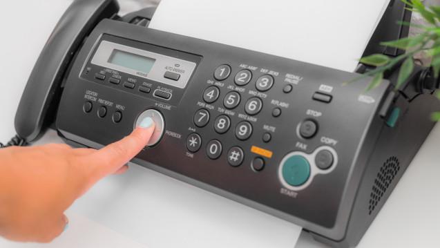 Das Faxgerät gehört in Apotheken und Arztpraxen zur Grundausstattung. Als Inbegriff der Digitalisierung gilt es aber nicht. (Foto:fotofabrika / stock.adoeb.com)
