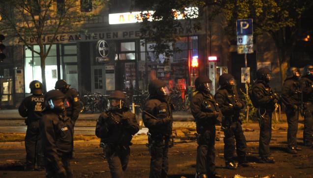 Die Polizei vor der Hamburger Apotheke am Neuen Pferdemarkt. (Foto: privat)