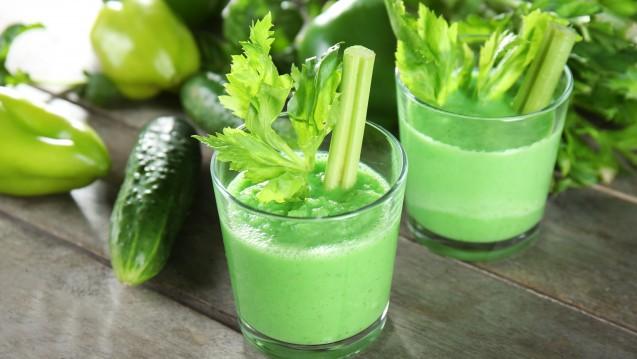 Frisch zubereitet sind Green Smoothies gesund und vitaminreich. Und die Supermarkt-Smoothies? Viel Zucker, wenig Vitamine lautet das Fazit von Ökotest. (Foto: Africa Studio / Fotolia)