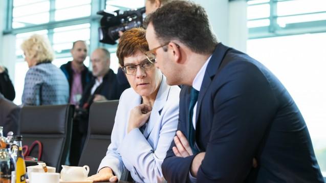 CDU-Chefin Annegret Kramp-Karrenbauer und Bundesgesundheitsminister Jens Spahn wollen ihre Parteispitze nach der Bürgerschaftswahl in Hamburg und den Vorkommnissen in Thüringen schnell neu aufstellen. (b/Foto: imago images / Contini)