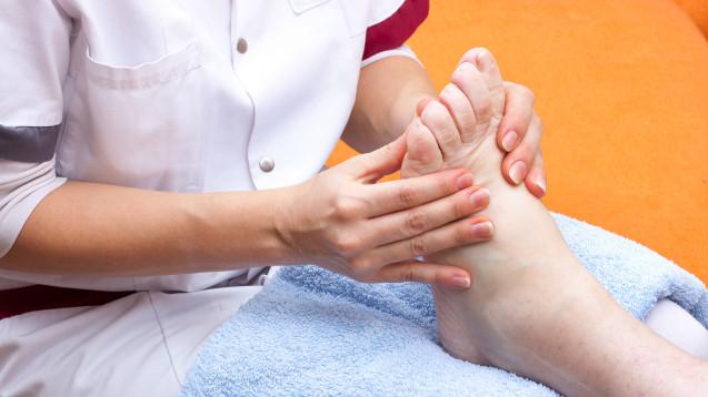 Mit einer Patientenschulung und effektiver Druckentlastung, kann weiteren Fußläsionen vorgebeugt werden. (b/Foto:M.Dörr & M.Frommherz / stock.adobe.com)