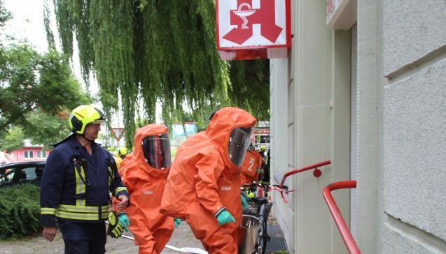 Großeinsatz: Sonderkräfte der Feuerwehr betreten die Hansa-Apotheke in Wismar. (Foto:SVZ/Holger Glaner)