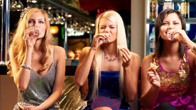 Junge Frauen trinken ähnlich wie gleichaltrige Männer.(Foto:pressmaster / Fotolia)