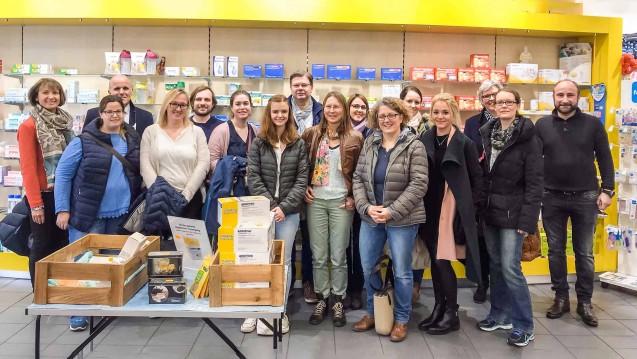 Zwölf Berufsberater erhielten Einblick in den Alltag einer Bochumer Apotheke. (Foto: AKWL)