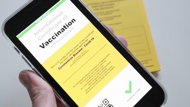 Wie das digitale Impfzertifikat aussehen wird, ist noch unklar (hier ein Symbolfoto). Dass die Apotheken es nachträglich ausstellen sollen, ist hingegen beschlossen. (c / Foto: IMAGO / Political-Moments)