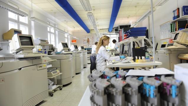 Der Berufsverband Deutscher Laborärzte kritisiert die Ausweitung der Corona-Tests auf Apotheken und Zahnarztpraxen und plädiert für eine Revision der Coronavirus-Testverordnung.(Foto: BDL/Labor Lübeck, 0696)