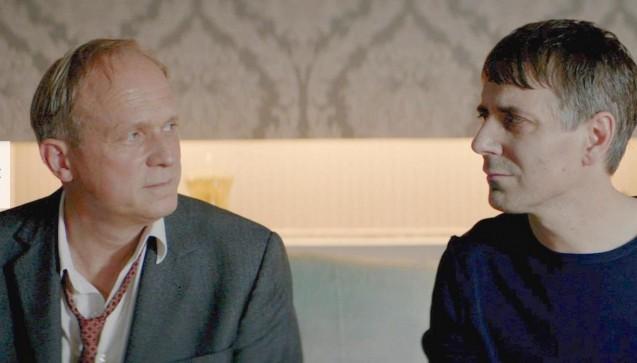 """Es lebe der Tod: ApothekerArthur Steinmetz (rechts) im Tukur-Tatort war nicht sonderlich einfallsreich – verglichen mit den nachfolgenden Beispielen. Dafür gilt er aber als """"warmherziger Wahnsinniger"""". (Foto: Screenshot Tatort / ARD)"""