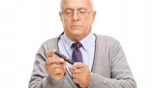 Ein Insulinpen kann für eine alten Menschen ein Herausforderung sein. Die Apotheke kann helfen. (Foto: Ljupco Smokovski / Fotolia)
