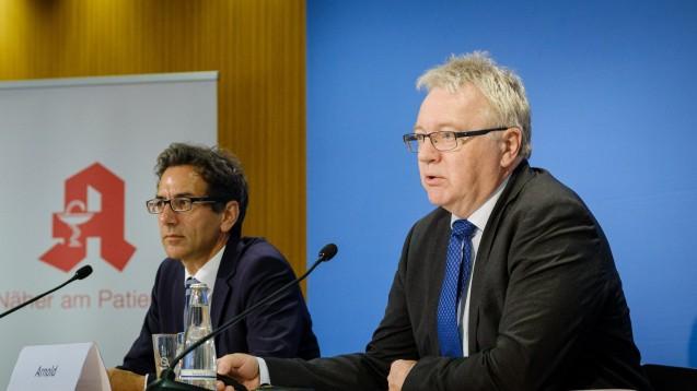 Vizepräsident und Leiter der Europadelegation der ABDA, Mathias Arnold (rechts), 2019 bei einer Pressekonferenz in Berlin. (x / Photo: ABDA / Wagenzik)