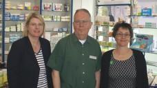 Politikerinnen in der Belvedere-Apotheke in Kiel, von links: Dr. Marret Bohn, Gastgeber Ulrich Ströh, Monika Heinold, Spitzenkandidatin der Grünen in Schleswig-Holstein. (Foto: tmb / DAZ.online)