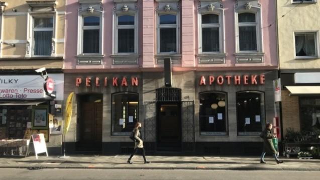 Die Pelikan-Apotheke in Düsseldorf hat wieder geöffnet – obwohl man drei Stufen überwinden muss, um hineinzukommen. (Foto: D. Knell)