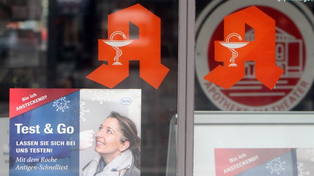 Werden Apotheken trotz sinkender Vergütung und abflauender Nachfrage weiterhin Bürgertests anbieten? (c / Foto: IMAGO / Ralph Peters)