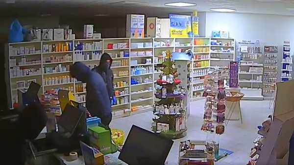 Überwachungskamera filmt brutalen Einbruch in Apotheke