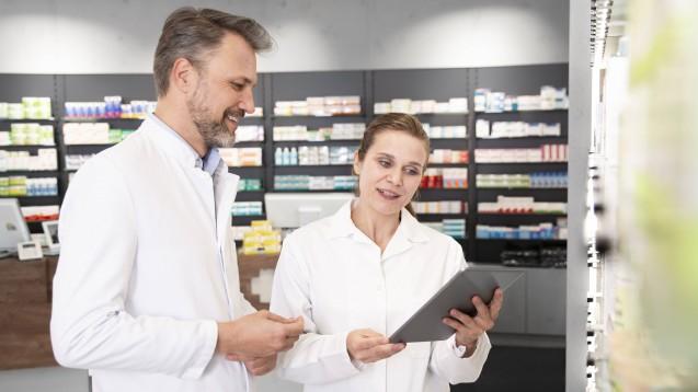 Das E-Rezept kommt – und viele Apothekeninhaber:innen setzen sich nun mit der Frage auseinander, ob es sich für sie lohnt, sich an eine Plattform anzuschließen. (Foto: IMAGO / Westend61)