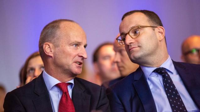 53 Prozent der in der APOkix-Umfrage befragten Apothekenleiter sehen die von Bundesgesundheitsminister Jens Spahn (CDU) (hier auf dem DAT 2018 mit Friedemann Schmidt) eingebrachte Apothekenreform kritisch. (Foto: Schelbert)