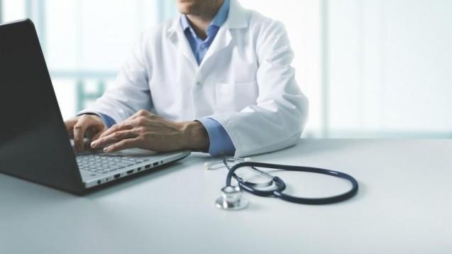 Arztausweise: Nicht in allen Fällen können die Verantwortlichen sicher sein, ob sie bei einem Arzt oder bei einem Unbefugten angekommen sind. (m / Foto: ronstik / stoch.adobe.com)
