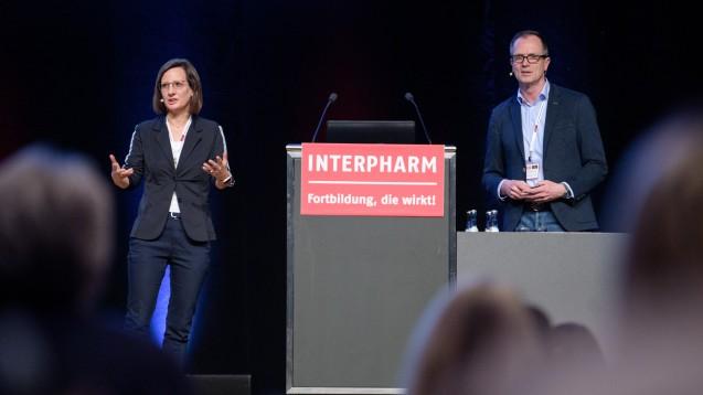 Apothekerin Ina Richling und Kardiologe Christian Fechtrup auf der Interpharm. (m / Foto: Balk)