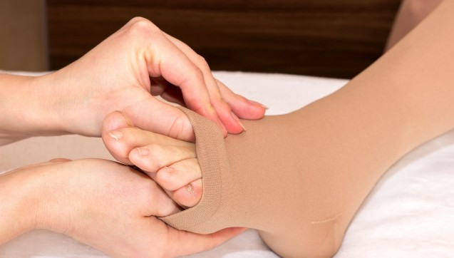 Krampfadern und geschwollene Beine – unschön und schmerzhaft. Der Beratungs-Quickie von dieser Woche widmete sich eben diesem lästigen Thema: Eine Patientin zur Linderung ihrer Beschwerden eine Verordnung über Strümpfe zur Kompressionstherapie. Worauf müssen Apotheker bei der Rezeptbelieferung von Hilfsmitteln achten? Die nicht angekreuzte 7 ist längst nicht der einzige Stolperstein bei Hilfsmittelrezepten. Und wofür stehen nochmals AD, AF, AG und AT? Welche Tipps können Sie in der Apotheke zum korrekten Anziehen der Strümpfe geben? Und wer darf überhaupt Rezepte über Hilfsmittel zur Kompressionstherapie beliefern? Stichwort: Präqualifizierung. Hilfsmittel zur Kompressionstherapie – und alles, was Sie als Apotheker dazu wissen müssen. (Foto: tibanna79 / Fotolia)