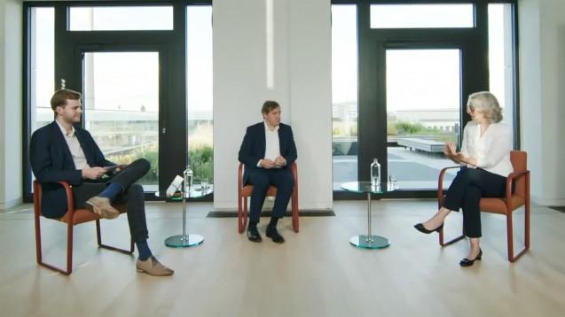 """Gottfried Ludewig, Abteilungsleiter für Digitalisierung im BMG (Mitte), trifft beim ABDA-Talkformat """"Lass uns reden!"""" auf ABDA-Präsidentin Gabriele Regina Overwiening (rechts). (x / Quelle: youtube / ABDA)"""