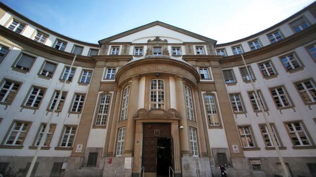 Vor dem Landgericht Frankfurt müssen sich derzeit ein Apotheker und eine Arzthelferin verantworten. Sie sollen mit Rezepten betrogen haben. Das Urteil wird im April erwartet. (Foto: dpa)