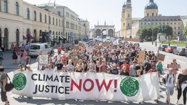 Jeden Freitag demonstrieren Klimaaktivisten für Klima-Gerechtigkeit, hier Ende August in München. Am kommenden Freitag hat die Fridays-for-future-Bewegung zum globalenKlimastreik aufgerufen. (m / Foto: imago images / Alexander Pohl)