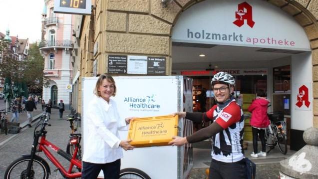 Der Pharmagroßhändler Alliance Healthcare beliefert die Apothekerin Suzanne Sennecke-Boelch, Holzmarkt-Apotheke, einmal am Tag mit dem Cargo Bike. (Foto: Alliance Healthcare)