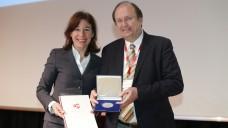 AKWL-Präsidentin Overwiening überreichte Professor Derendorf eine Medaille - und einen Toaster. (Foto: AKWL)