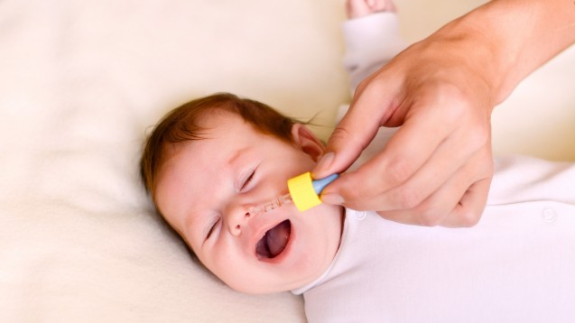 Otriven 0,025 Prozent Nasentropfen gegen Schnupfen dürfen nicht mehr bei Säuglingen angewendet werden, sondern erst ab dem Alter von einem Jahr. (m / Foto:izholudeva / stock.adobe.com)