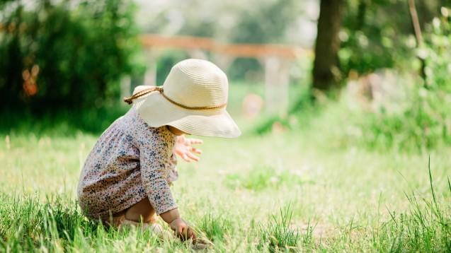 Schatten, Kleidung, Sonnencreme – in dieser Reihenfolge sollten (nicht nur) Kleinkinder vor der Sonne geschützt werden. Kann man Sonnencreme für Kinder unter einem Jahr in der Apotheke also überhaupt empfehlen? (c / Foto: troyanphoto / stock.adobe.com)