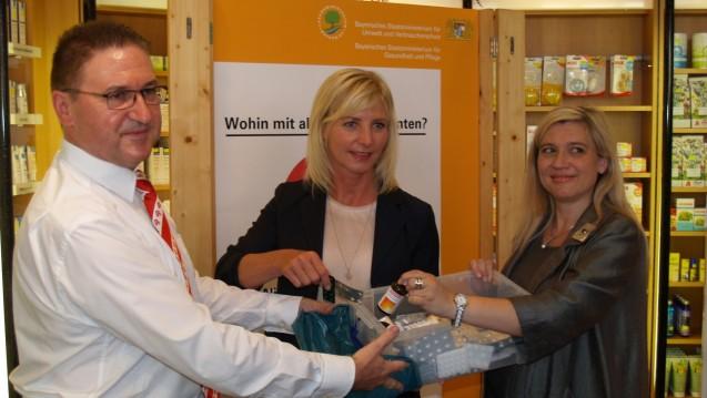 Kammermeier, Scharf und Huml stellen die neue Kampagne zur Entsorgung von Altarznei vor. (Bilder: BAV)