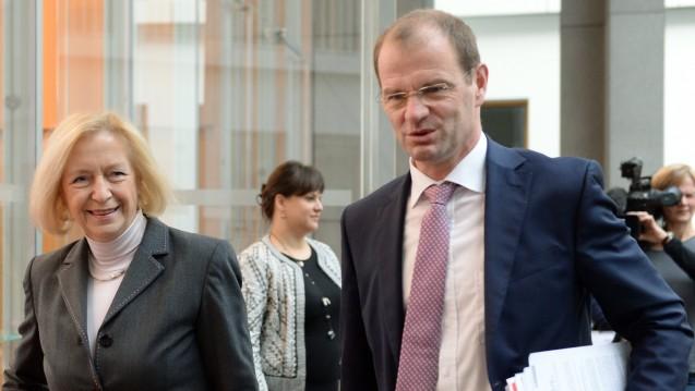 Stefan Kapferer, hier mit Bundesbildungsministerin Johanna Wanka (CDU), bei der Vorstellung des OECD-Berichts am 24.11. 2015. (Foto: Britta Pedersen / dpa)