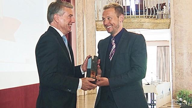 Sven Siebenand, stellvertretender Chefredakteur der PZ, überreichte den PZ-Innovationspreis an den Geschäftsführer von Bristol-Myers Squibb in Deutschland Han Steutel. (Foto: ck / daz)