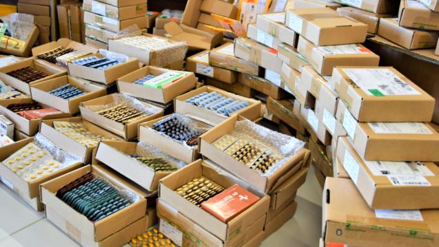 Fundgrube am Frankfurter Flughafen: Zollmitarbeiter stellten zahlreiche illegal vertriebene Arzneimittel sicher.(c / Foto: Zoll)