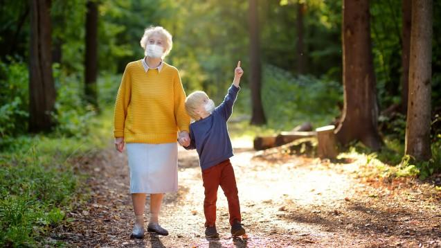 Mit der Oma trotz Corona? Die Großeltern gehören zur COVID-19-Risikogruppe, doch viele waren schon vor der Pandemie auf deren Hilfe in der Kinderbetreuung angewiesen. (x / Foto: Maria Sbytova / stock.adobe.com)