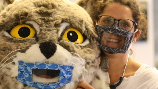 Die Hörgeräteakustikerin Sandra Bagus hat Atemschutzmasken für Gehörlose entworfen und angefertigt. (ch/Foto: Firma Bagus GmbH und Co KG.)