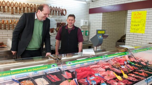 Besser artgerecht: Niedersachsens Landwirtschaftsminister Christian Meyer spricht sich für gute Haltebedingungen bei Nutztieren aus – möglichst ohne Einsatz von Antibiotika. (Foto: picture alliance / dpa)