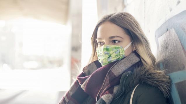 In Jena sollen ab nächster Woche vielerorts Masken zur Pflicht werden, zum Beispiel im öffentlichen Nahverkehr. Die Stadt setzt dabei auf selbstgenähte Modelle. (b/imago images / Bernd Friedel)