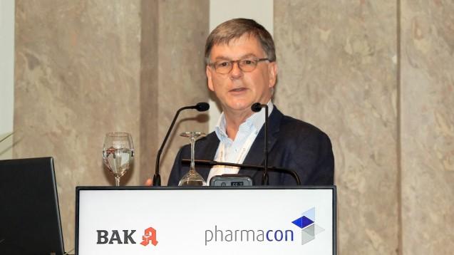 Professor Peter Höger, Facharzt für Pädiatrie und Dermatologie, gibt Apothekern beim Pharmacon in Meran wertvolle  Tipps. (s / Foto: ck)