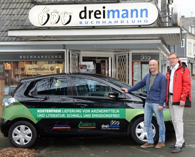 Apotheker Franke mit seinem Partner Dreimann vor der Buchhandlung.