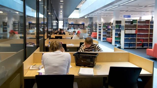 In den Niederlanden wollen wieder mehr junge Menschen den Studiengang Pharmazie bewältigen. Hier ein Beispielbild aus der Bibliothek der Uni Leiden (m, Foto: imago images / JOKER)
