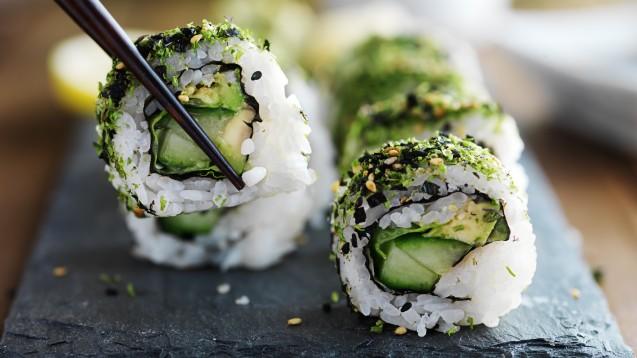 Laut der Weltgesundheitsorganisation müssen Veganer auf eine ausreichende Jodversorgung achten. Algen wie Nori-Algen, die bei der Zubereitung von Sushi verwendet werden, enthalten pro 100 g etwa 430 – 6.000 µg Jod. (x / Foto: Joshua Resnick / stock.adobe.com)
