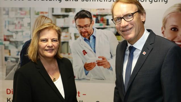 Die Parlamentarische Staatssekretärin im BMG, Sabine Weiss (CDU), und AVNR-Chef, Thomas Preis, beim Sommerempfang des Apothekerverbandes Nordrhein. (c / Foto: AVNR)
