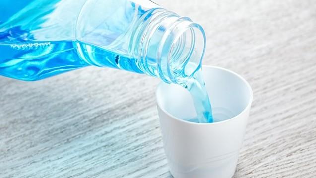 Sollten viruzide Mundspüllösungen die Ansteckung durch SARS-CoV-2 verringern, könnten auch Apotheken antiseptische Mundspüllösungen als Rezeptur herstellen. (x / Foto: Pavelis / stock.adobe.com)