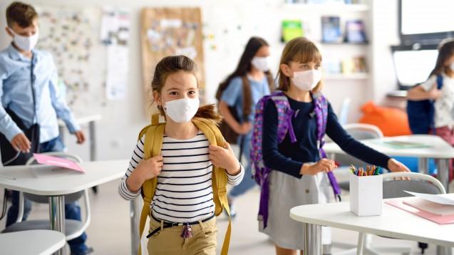 Die Nationale Akademie der Wissenschaften Leopoldina empfiehlt, dass Kinder ab der fünften Klasse eine Maske auch im Klassenzimmer tragen sollen. (Foto: Halfpoint / stock.adobe.com)