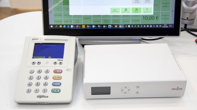 Die SMC-B-Karten werden bei der Installation der TI-Technik in eines der Kartenterminals gesteckt (c / Foto: Schelbert)